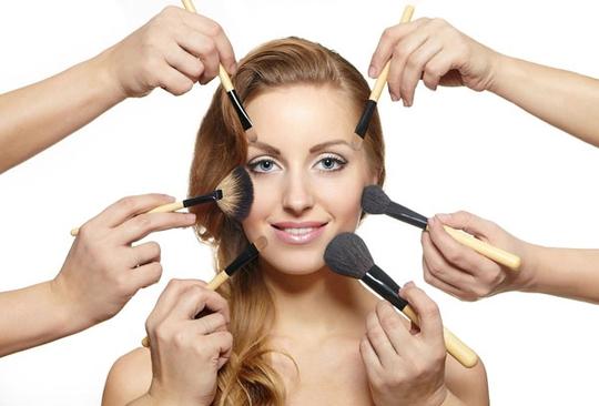 Nếu da bạn thuộc loại da dầu thì không nên quá lạm dụng mỹ phẩm, trang điểm.