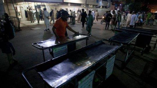 Nhân viên chuẩn bị nhận bệnh tại một bệnh viện ở Karachi. Ảnh: AP