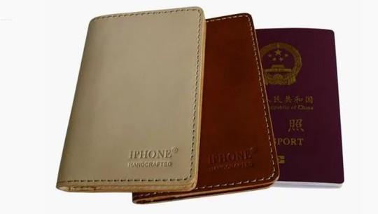 Bìa bao hộ chiếu thương hiệu IPHONE Ảnh: THE NEW YORK TIMES