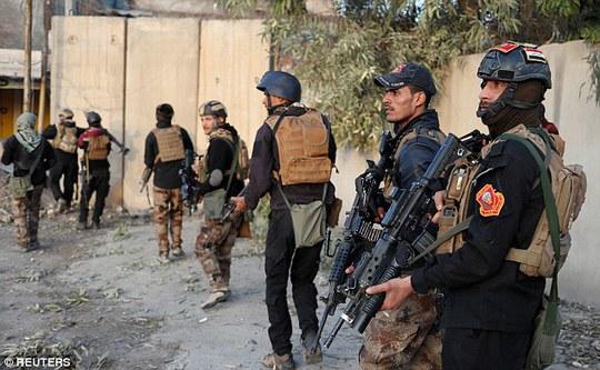 Lực lượng quân đội Iraq hiện kiểm soát tuyến đường chính cuối cùng ra khỏi phía Tây TP Mosul. Ảnh: REUTERS