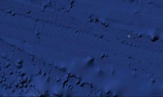 Liệu có phải là vết xích xe tăng hoặc vết tích được gia cố dưới đáy Thái Bình Dương? Ảnh: Express