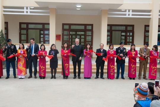 Các thành viên của Phái đoàn Mỹ và đại diện tỉnh Hà Giang cắt băng khánh thành trong buổi lễ bàn giao Trường tiểu học Phố Bảng