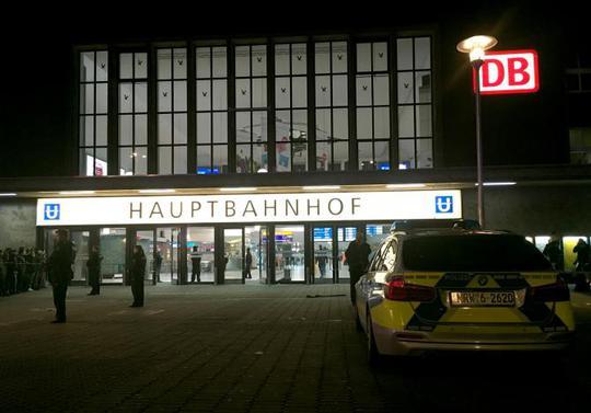Cảnh sát phong tỏa nhà ga Hauptbahnhof sau vụ tấn công. Ảnh: REUTERS