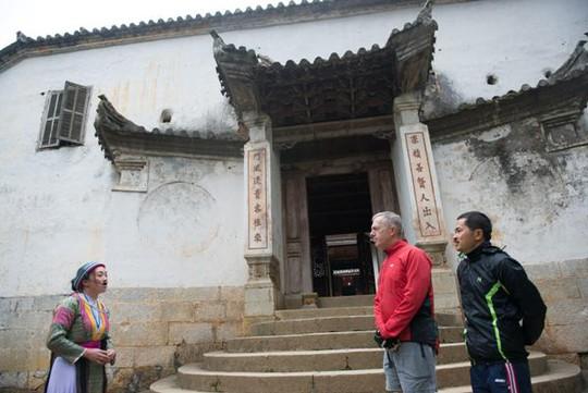 Đại sứ Osius tìm hiểu về lịch sử về vua người Hmong khi đi thăm nhà Vua Mèo