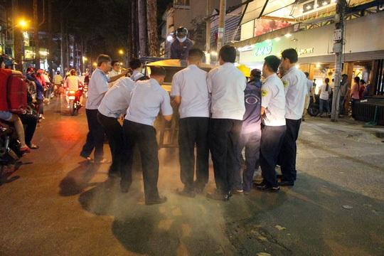 Lò nướng của 1 nhà hàng sang trọng lấn chiếm vỉa hè trên đường Nguyễn Tri Phương cũng bị tịch thu.