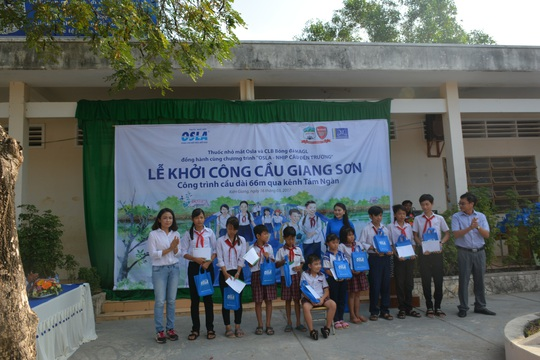 Đại diện Thuốc nhỏ mắt Osla trao tặng học bổng cho các em học sinh trường THCS Thuận Tiến. Ảnh Quốc Bảo