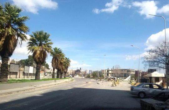 Một con đường vắng vẻ ở phía Đông thủ đô Damascus hôm 20-3. Ảnh: Reuters