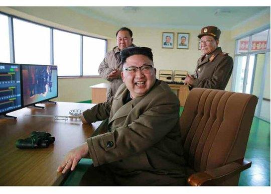 Ông Kim Jong-un cười tươi tại trung tâm điều khiển. Ảnh: BBC