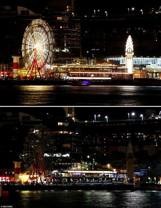 Vòng quay tại công viên Luna ở TP Sydney - Úc trước và trong lúc tham gia Giờ Trái Đất. Ảnh: REUTERS