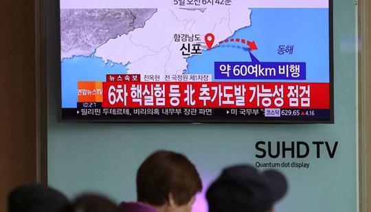 Truyền hình Hàn Quốc đưa tin vụ phóng tên lửa của Triều Tiên ngày 5-4. Ảnh: AP