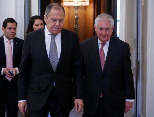 Ngoại trưởng Nga Sergei Lavrov (trái) và Ngoại trưởng Mỹ Rex Tillerson cùng bước vào phòng họp ngày 12-4. Ảnh: REUTERS