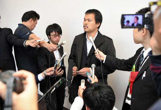 Bố bé Linh phát biểu trước báo chí ngày 16-4. Ảnh: ASAHI
