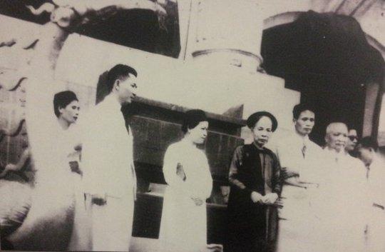 Vợ chồng doanh nhân Trịnh Văn Bô cùng mẹ tham dự Tuần lễ vàng năm 1945.