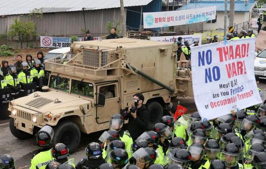 Một xe quân sự chở thiết bị hệ thống phòng thủ tầm cao giai đoạn cuối (THAAD) đến Hàn Quốc. Ảnh: Reuters