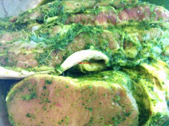 Thịt heo đã tẩm ướp gia vị và lá mác mật