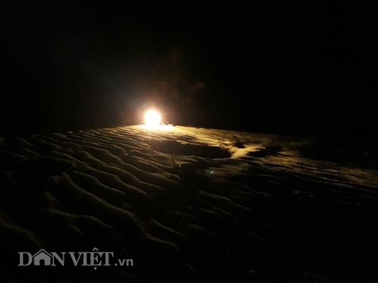 Kỳ thú lao xuống biển đêm săn còng - Ảnh 1.