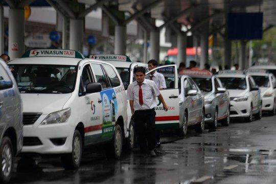 Tài xế taxi xếp hàng vào đón khách ở sân bay Tân Sơn Nhất - Ảnh: HỮU KHOA