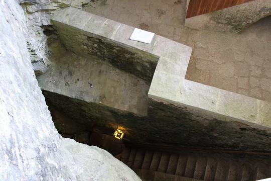 Lâu đài cổ tích nằm trong vách đá - Ảnh 3.