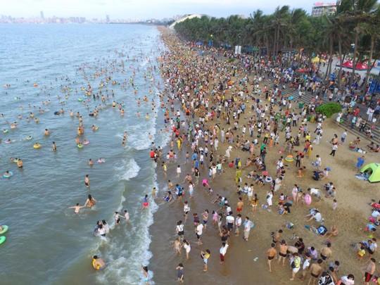 Gần 200.000 du khách tắm biển cầu may - Ảnh 3.