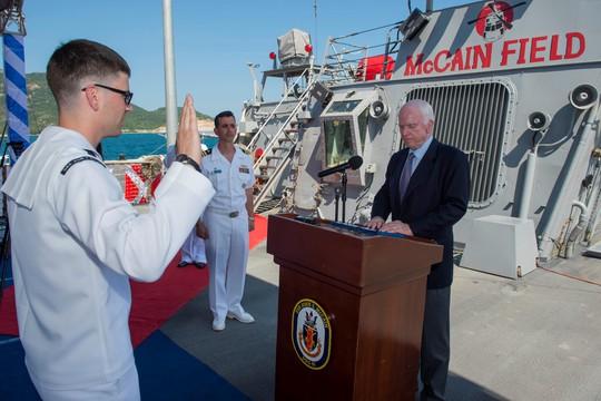 Thượng nghị sĩ John McCain thăm tàu khu trục Mỹ tại Cam Ranh - Ảnh 2.
