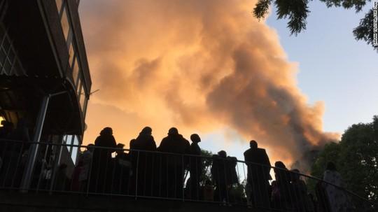Nhiều thương vong trong vụ cháy kinh hoàng ở London - Ảnh 3.
