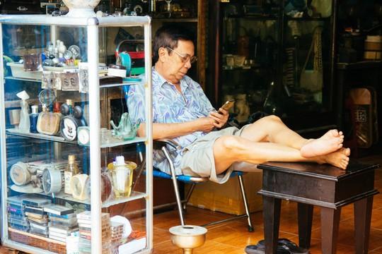 5 phố đồ cũ nên ghé đến ở Sài Gòn - Ảnh 3.
