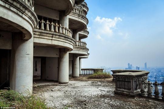 """Lạnh gáy với """"Tòa tháp ma"""" chọc trời giữa lòng Bangkok - Ảnh 1."""