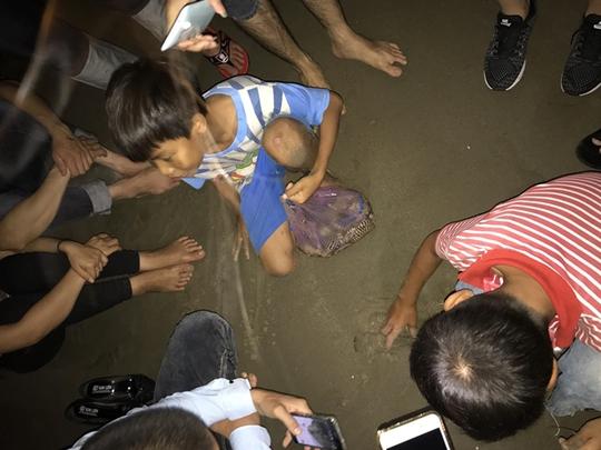 Vua nhí câu tôm tích trên bãi biển Vũng Tàu - Ảnh 3.