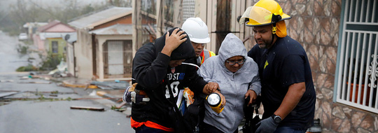 Nhân viên cứu hộ giúp đỡ người dân ở Guayama, Puerto Rico. Ảnh: Reuters