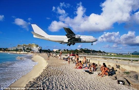 Sân bay hạ cánh cách đầu du khách vài mét - Ảnh 3.