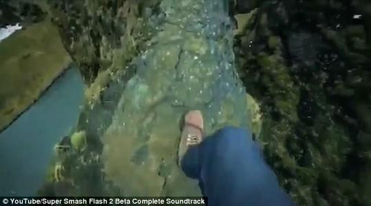 Hãi hùng du khách mạo hiểm đi trên gờ vách núi tử thần - Ảnh 2.