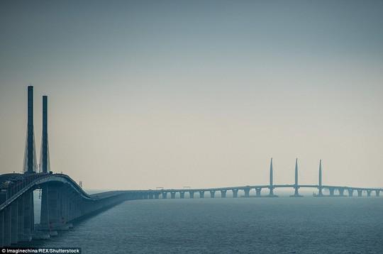 Ngắm cầu vượt biển 55km, dài nhất thế giới - Ảnh 2.