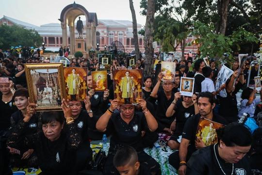 Thái Lan: Thi hài cố quốc vương được đưa vào tháp hỏa táng - Ảnh 13.