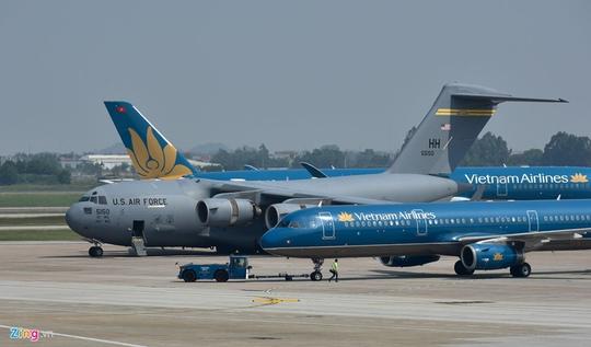 Máy bay vận tải đoàn Tổng thống Donald Trump đến Hà Nội - Ảnh 3.
