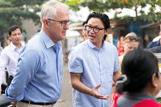 Thủ tướng Úc thích thú thưởng thức bánh mì vỉa hè Đà Nẵng - Ảnh 1.