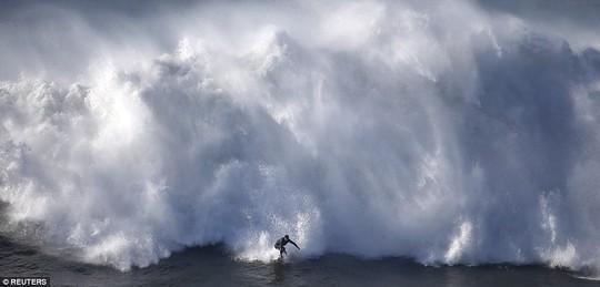 Choáng ngợp với những con sóng khổng lồ tuyệt đẹp nhưng cũng đầy hăm dọa - Ảnh 3.