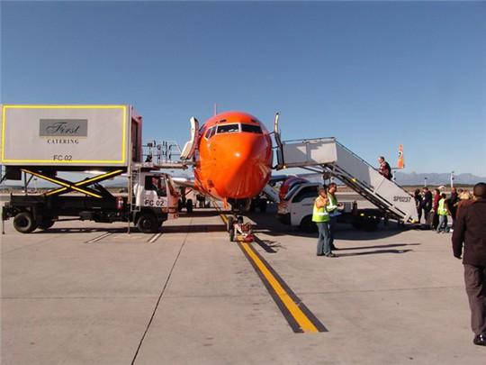 Tại sao hành khách luôn vào và ra khỏi máy bay từ cửa bên trái? - Ảnh 3.