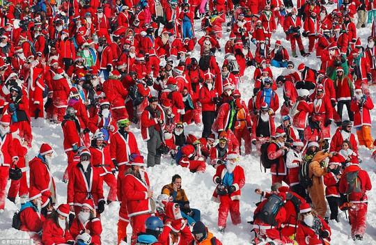 Bắt gặp hàng ngàn ông già Noel vui vẻ trên núi Alps - Ảnh 3.