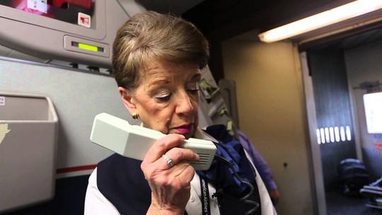 Nữ tiếp viên hàng không 81 tuổi vẫn vi vu trên bầu trời - Ảnh 7.