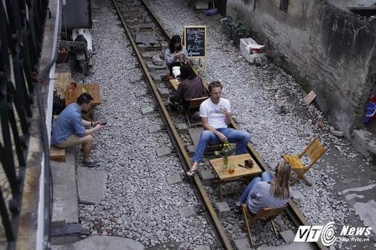 Du khách thích thú cà phê đường ray tàu hỏa Hà Nội - Ảnh 3.