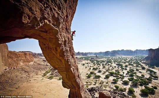 8 địa điểm leo núi đáng sợ nhất thế giới - Ảnh 3.