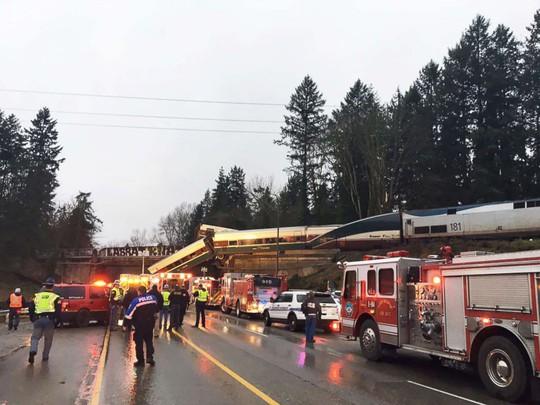 Vụ tai nạn khiến giao thông trên đường cao tốc ùn tắc. Ảnh: AP