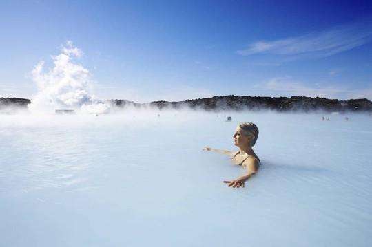 Hồ nước nóng giữa vùng băng giá đẹp nhất thế giới - Ảnh 6.