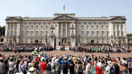 Khám phá bên trong nơi ở xa hoa của Nữ hoàng Anh - Ảnh 1.