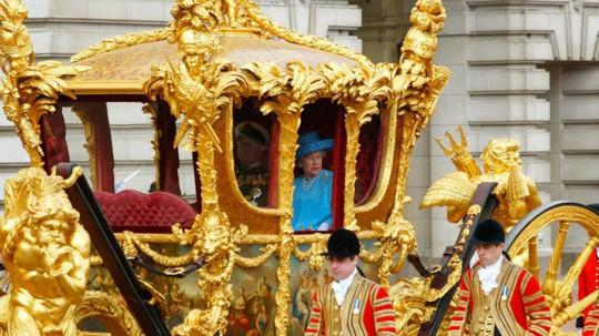Khám phá bên trong nơi ở xa hoa của Nữ hoàng Anh - Ảnh 9.