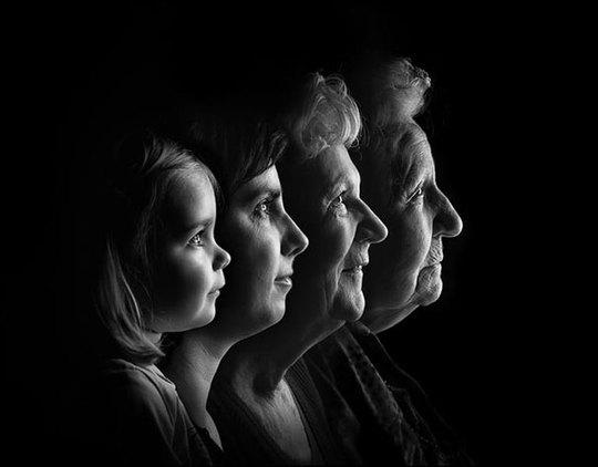 4 thế hệ trong gia đình giống nhau như tạc