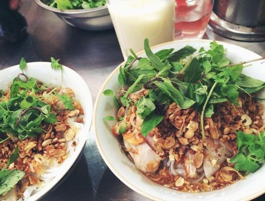 Phở tíu trộn là món ăn khá giống với hủ tíu của Sài Gòn, nhưng dưới đôi bàn tay khéo léo của người Hà Nội, nó được biến tấu thành món ăn thương hiệu chợ Đồng Xuân. Món ăn làm từ sợi bánh đa trắng nhỏ, được chần qua nước sôi rồi cho vào bát. Những miếng thịt lợn quay vàng ruộm, thái to bản và thật mỏng sẽ được rải lên trên, được rưới lên chút giấm ớt chua ngọt. Sau cùng, rau sống, lạc rang nhỏ cùng hành khô được phủ ở lớp trên cùng. Giá một bát là 25.000 đồng. Ảnh: Đào Cẩm Nhung