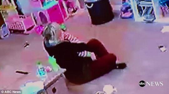 Cô ôm con gái vào lòng an ủi vừa trải qua những khoảnh khắc đáng sợ.