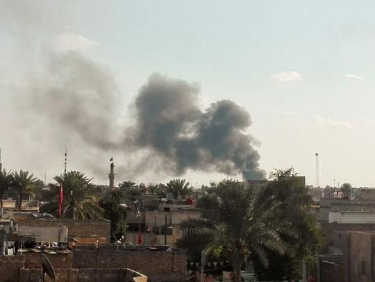 Khói bốc lên từ khu vực bị đánh bom xe ở Baghdad ngày 16-2. Ảnh: REUTERS