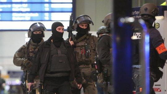 Cảnh sát tại nhà ga Ảnh: AP